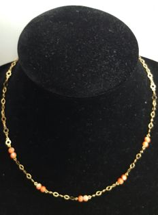 18 kt gold - gold and coral necklace - length 42.5cm.