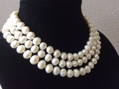 Necklace with baroque pearls. Length: 126 cm/49.5 inches.