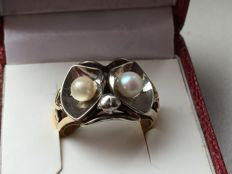 Special gold ring with pearls and head