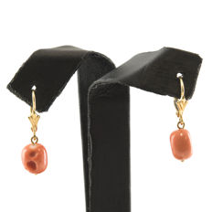 Yellow gold, 18 kt/750 - Lever back earrings - Pacific coral, 8.50 mm - Earring height: 25.00 mm (approx.)