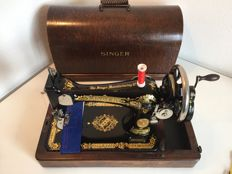 Antique Singer hand sewing machine model 28K 1937, including beautiful dust cover.