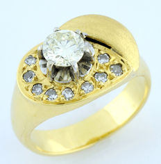 18 kt gold ring with brilliant cut 0.56 ct diamond ltr/VS2 and border of 9 diamonds ltr/VS2. (IGE certificate)