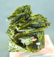 Terminated Green Epidot Crystals - 50 x 45 x 29 mm - 62 Gram
