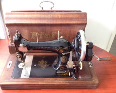 Pfaff manual sewing machine from 1902 with wooden cap and key