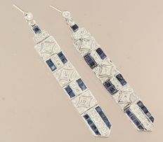 14 kt white gold dangle earrings with sapphire and brilliant cut diamond, in total approx. 0.68 carat, height: 6.0 cm, width: 7 mm