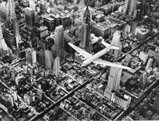 Margaret Bourke-White (1904-1971) - DC4 in volo su Manhattan - 1939