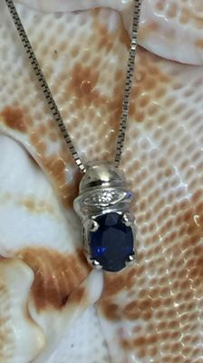 Splendid 18 kt white gold necklace with pendant set with natural sapphire and brilliant cut diamond