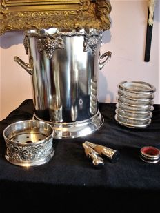 Silver plated champagne cooler, Brian Highland, Sheffield, wine drip tray, 6 place mats, coasters, 2 wine stoppers, 2nd half of the 20th century