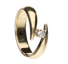14 kt yellow gold wavy ring, set with a brilliant cut diamond of 0.08 ct - ring size 17