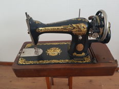 Singer 15K sewing machine with wooden lid, 1923