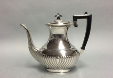 Silver plated coffeepot with classic ribbed decoration, Sheffield, England, ca 1930