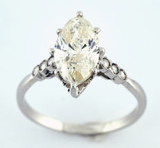 18 kt gold ring with natural diamond, marquise cut, 1.52 ct.  ltr/P2 (IGE certificate) and 22 small diamonds.