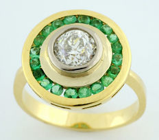 Ring in 18 kt gold, style bird's eye with antique cut centre diamond of 0.70 ct ltr/SI2.  (IGE certificate) and 20 emeralds of 0.70 ct