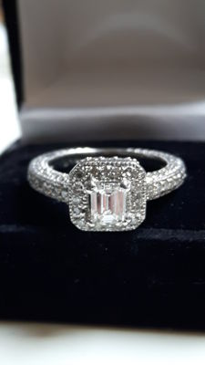 Brilliant cut diamond gold ring with a central emerald cut diamond, 0.59 ct, total 1.29 ct
