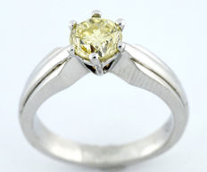 Solitaire in 18 kt gold with brilliant cut yellowish 1.23 ct diamond.  S-Z/P2 (IGE certificate).