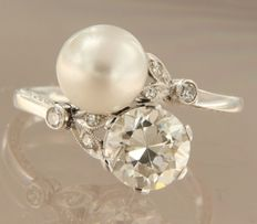 Platinum wavy ring, set with cultured pearl and 1.60 carat old Amsterdam cut diamond, and 6 old octagon cut diamonds, ring size 17.25 (54).