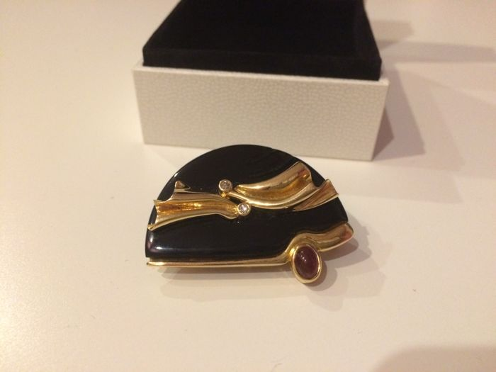 Onyx brooch mounted in 18k gold, big dimension black onyx, a ruby and 2 diamonds