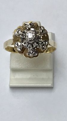 Gold ring, 14 kt, with one brilliant cut diamond set in white gold. No reserve price.