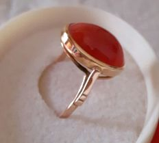 18 kt gold ring with red coral decoration