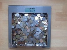 World - tine with 9 kg of coins of the world.