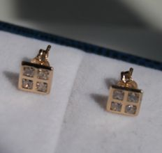 Gold earrings of 14 kt square inlaid with zirconia – Length: