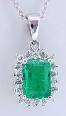Pendant  with 18 diamonds and a natural 1.00 ct  green emerald