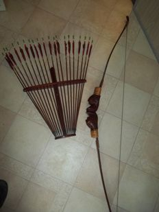 Bow and arrow - Wooden bow with 20 arrows and hanging rack - 2nd half of 20th century.