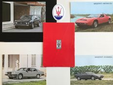 Maserati - Lot of 2 original objects - Portfolio with 4 technical sheets and emblem (1980's)