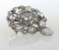 Bicolour antique silver brooch with approx. 3.10 ct of rose cut diamonds, central one of approx. 0.75 ct.  H (white ) / VVS-VS