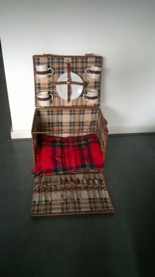 Nostalgic large reed picnic basket for classic car - unused and complete with picnic blanket 46x35x35cm.