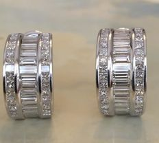 Stunning 18 kt white gold creole earrings with a total of 5.00 ct baguette and princess cut diamonds, Top Wesselton/VS.