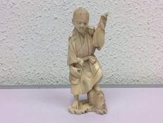 Antique ivory okimono - 'Figure holding up two fishes in his hands' - Japan -Taishop Era (1912-1926)