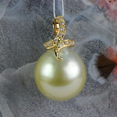 Gold South Sea pearl pendant 13 x 13.4 mm with 11 diamonds 0.06 ct