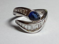 White gold ring (18 kt) with sapphire and diamonds