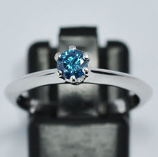 18 Kt. gold ring with blue diamond 0,32ct - size 13