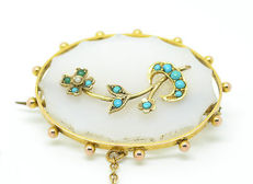 Victorian brooch in 9 kt gold, chalcedony, and pearls