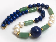Lapis lazuli necklace with jade and pearls, 45 cm length, 18 kt gold clasp