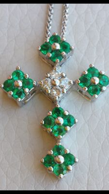 Necklace with cross in 18 kt white gold with diamonds for 0.16/0.18 ct and emeralds – 2.50 x 2 cm –  length: 45 cm
