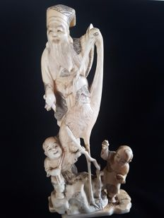 A large finely carved ivory okimono of Fukurokujiu with a crane and boys ( 33 cm) - Japan - ca. 1900
