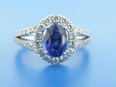 Diamond ring with sapphire of 1.16 ct & 46 diamonds, 0.60 ct in total – ring size: 55/17.25 mm
