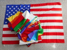 40 items of international flags, incl. Pace (Peace) rainbow flags and many others
