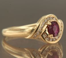 18 kt yellow gold ring set with a central ruby of 0.60 carat and 20 single cut diamonds, approximately 0.20 carat in total, ring size 17 (53)