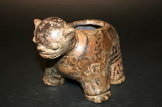 Pre-Columbian archaeological finds in ceramic Zoomorfa receptacle made in the body of a cat. - 21 cm, high 13 cm.