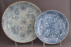 Very large plates, decorated with grapes – China – 18th century