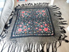 Very large shawl in black silk with very large fringes, Spain, dating from the end of the XIXth century