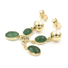 Gold (18 kt) – Earrings – Diamond, 0.06 ct – Emerald, 3 ct – Length: 31.80 mm (approx.)
