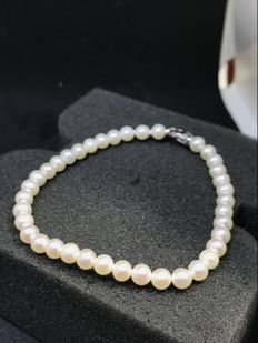 Fresh water pearl bracelet with 18 kt white gold clasp – Length: 18 cm