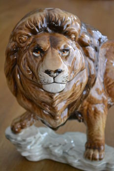 Very large lion by Goebel - A length of 44 cm