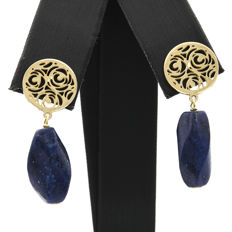 18 kt yellow gold – Floral design earrings – Carved lapis lazuli measuring 9.70 mm – Earring height: 31.10 mm