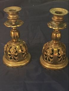 A pair of bronze hallow candle holder with carved flowers layered out - 19th century